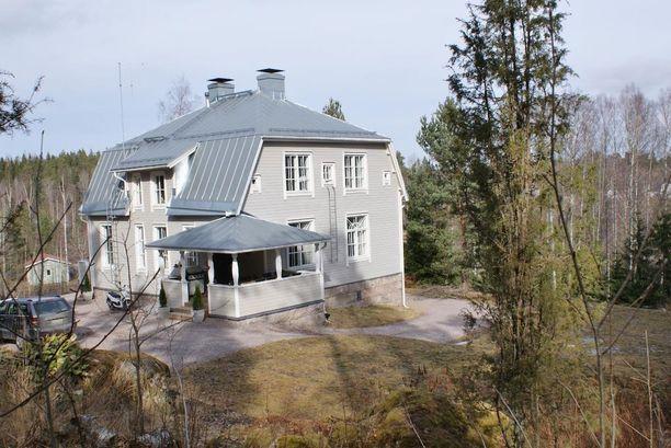 Pienellä kukkulalla Vihdin Palojärvellä sijaitseva mansardikattoinen talo on valmistunut vuonna 1920.