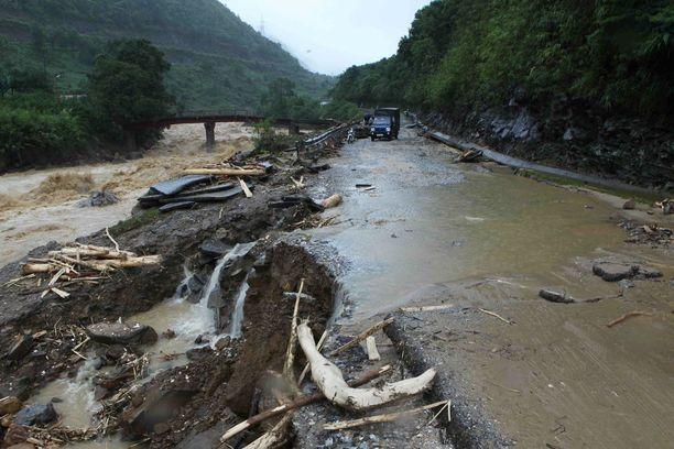Useat tiet Pohjois-Vietnamissa ovat vaurioituneet pahasti.