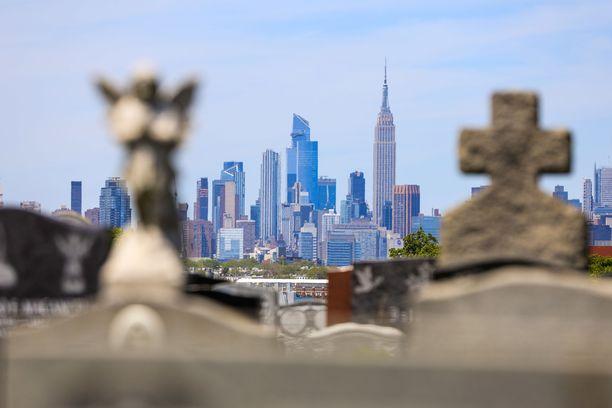Manhattan kuvattuna Queensissä sijaitsevalta hautausmaalta.