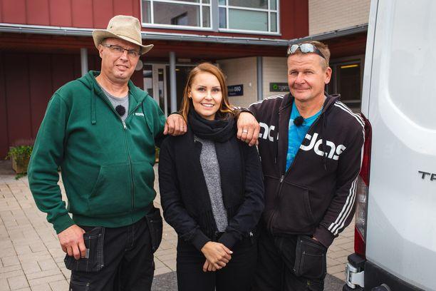 Markku, Jane ja Timo tuovat illan jaksoa iloa vanhuksille.