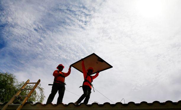 Aurinkopaneelien asentamista Yhdysvaltojen Arizonassa 2015.