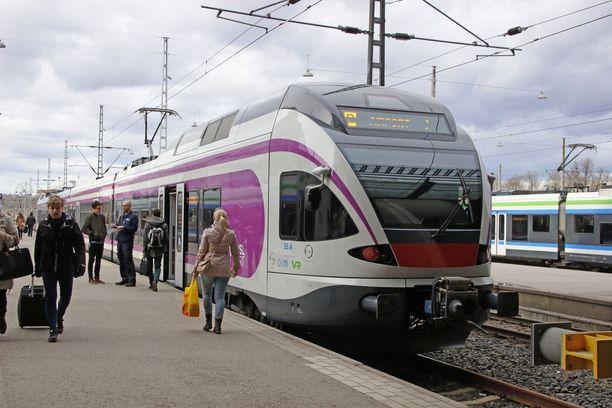 Lapsi matkusti lähijunan kyydissä Helsingin rautatieasemalle, jossa poliisipartio oli häntä vastassa. Kuvituskuva.