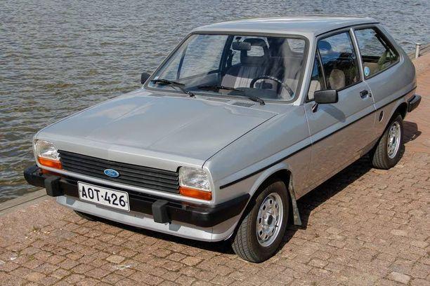 Fiestasta näkyy hyvin kaikkiin suuntiin. Fordin uutukainen tuli myyntiin 1970-luvulla, jolloin muutkin valmistajat esittelivät etuvetoiset pikkuautonsa.