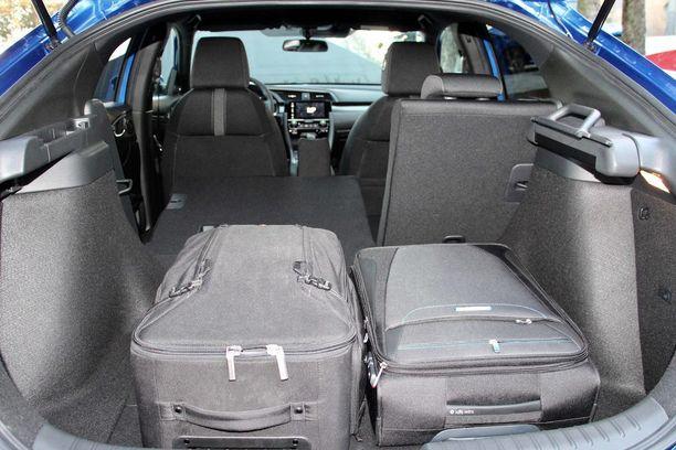 Uudessa Civicissä tavaratilaa on reilusti: 472/1200 litraa. Miinuspuoli on, että Honda luopui kätevästä takaistuinten kääntämismahdollisuudesta. Tilalle tuli polttoainetankki takaistuimen alapuolelle.
