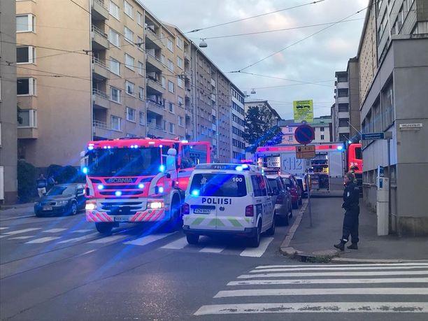 Palohälytys toi useita hälytysajoneuvoja Sininauhasäätiön asuntolalle, jossa syntyi vesi- ja savuvahinkoja tulipalon seurauksena.
