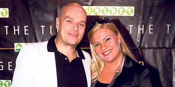 Näyttelijä Sanna Saarijärven puoliso Hermanni Seppälä pettyi, kun lauantain nyrkkeilyottelu peruuntui. – Olin järjestänyt Hermannille lapsivapaan illan, että hän olisi voinut katsoa läiskimistä, Sanna Saarijärvi nauroi.