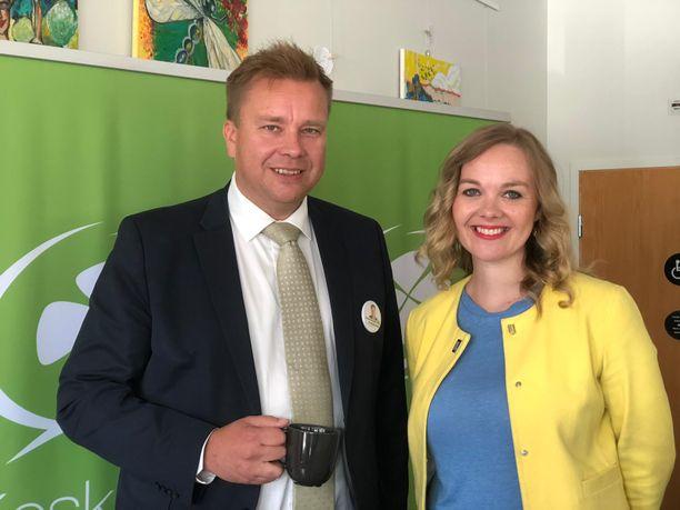 Puolustusministeri Antti Kaikkonen ja elinkeinoministeri Katri Kulmuni kisaavat keskustan puheenjohtajuudesta.