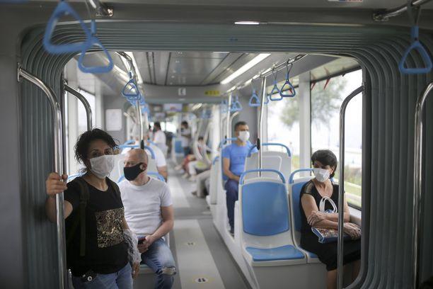 Useissa Euroopan maissa on otettu maskit käyttöön julkisessa liikenteessä. Kuva Turkista.