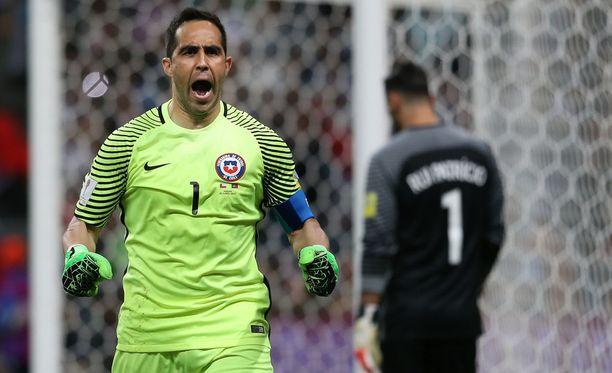 Claudio Bravo on pohjustanut torjunnoillaan Chilen finaalipaikan.