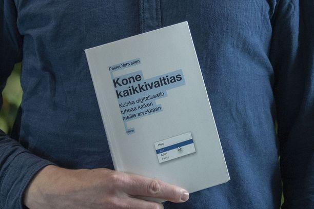 Kone kaikkivaltias - Kuinka digitalisaatio tuhoaa kaiken meille arvokkaan -kirja ilmestyi kauppoihin tänään.