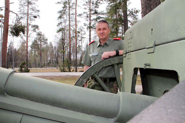 Tykistökoulun pihassa oleva perinnetykki saa jäädä harjoituksen ajaksi pihaan, sillä majuri Jussi Nurmisen mukaan tällä viikolla Pohjankankaalla ammutaan uudemmalla ja isommalla kalustolla.
