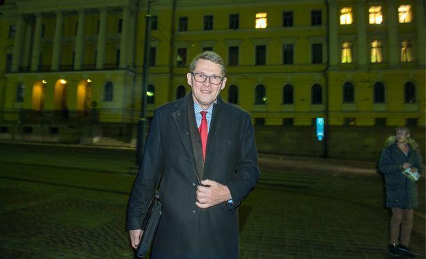 Keskustan eduskuntaryhmän puheenjohtaja Matti Vanhanen poistui neuvotteluista hieman ennen puolta kahta. Samalla hän sanoi, että neuvottelut ovat päättyneet. Siitä huolimatta sekä pääministerin että valtiovarainministerin virkahuoneissa palavat edelleen valot.