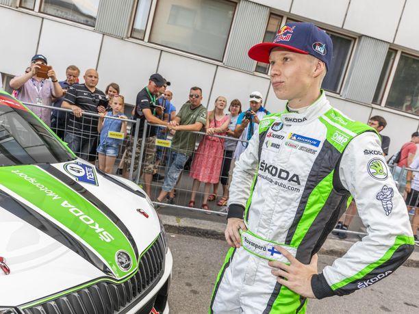 Kalle Rovanperä on siirtymässä Skodan ajohaalarista ensi kaudella Toyotan väreihin.