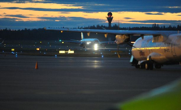 Helsinki-Vantaan lentokenttää uhkaa tänään työnseisaus, joka vaikuttaisi muun muassa turvatarkastuksiin, lähtöselvityksiin ja laukkujen käsittelyyn.
