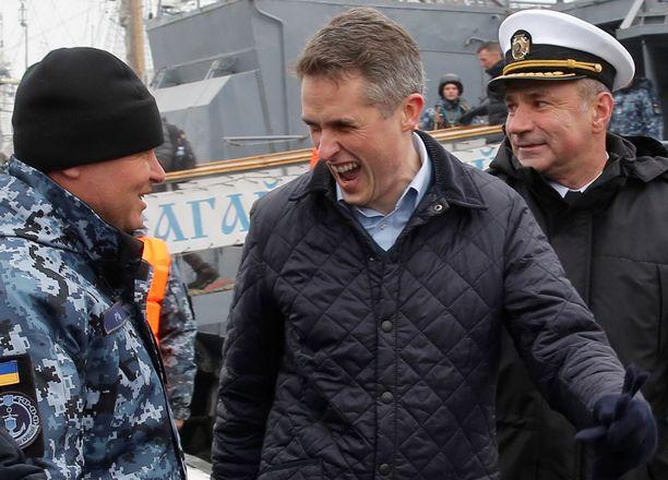 Britannian puolustusministeri Gavin Williamson (keskellä) tapasi ukrainalaisia merimiehiä Odessassa perjantaina.