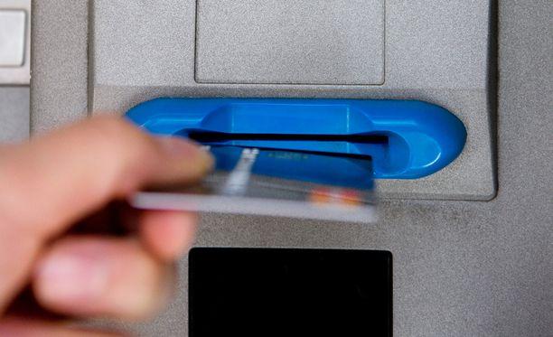 Vanhus ei huomannut heti, että kotiin tunkeutunut varas oli vienyt hänen pankkikorttinsa ja sen tunnusluvun kaapista. Kuvituskuva.