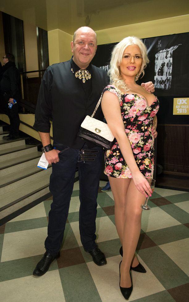 Pojaksi syntynyt Elena Vikström kohautti kertomalla taustastaan ja Playboy-haaveistaan Mummomafia-ohjelmassa. -Treffikutsuja satelee, uhkea nainen vinkkasi. Vierellä drag-artisti Juha Rastas alias Mega Paula.