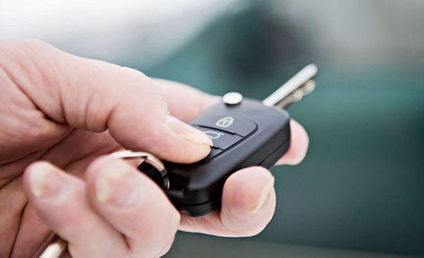 Viestintäministeriön erityisasiantuntijan mukaan autojen lukitusjärjestelmät ovat halpoja massatuotteita, jotka häiriintyvät herkästi.