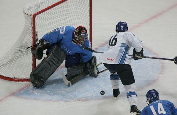 Ville Peltonen hätyyttää Italian Günther Hellin maalia.