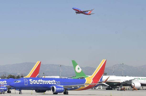 Southwestin MAX-koneet seisovat Los Angelesin kentällä lentokiellon takia.