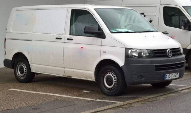 Uhri pakotettiin tämän tyyppiseen VW Transporteriin, missä häntä alettiin heti hakata julmasti. Kuvan auto ei liity tapaukseen.