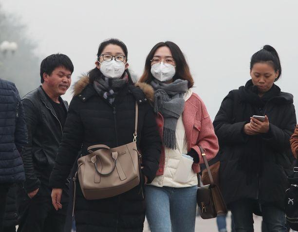 Turistit käyttivät hengityssuojaimia Pekingissä 2. joulukuuta 2018.