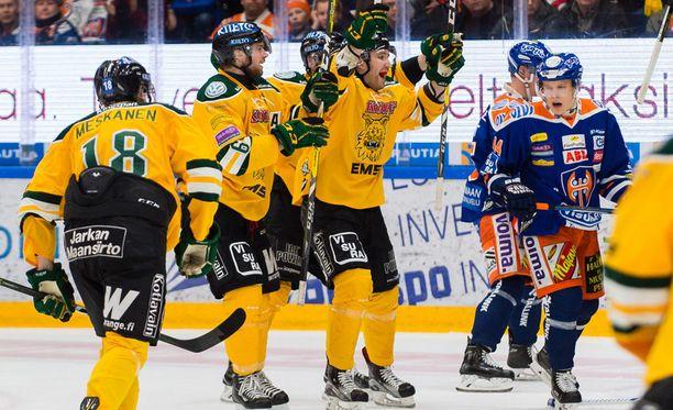 Ilves on tällä kaudella johtanut kaikkia yhdeksää Tampereen paikallispeliä, mutta se on voittanut vain kolme. Moni uskoo, että käynnissä olevassa pudotuspelien puolivälieräsarjassa käy samoin: Ilves on aluksi niskan päällä, kunnes Tappara vie koko potin.