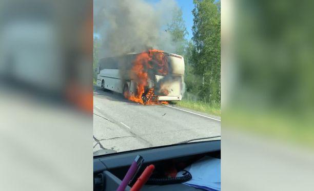 Matkailuautoksi muutettu linja-auto syttyi palamaan Viitasaaren ja Äänenkosken rajalla.