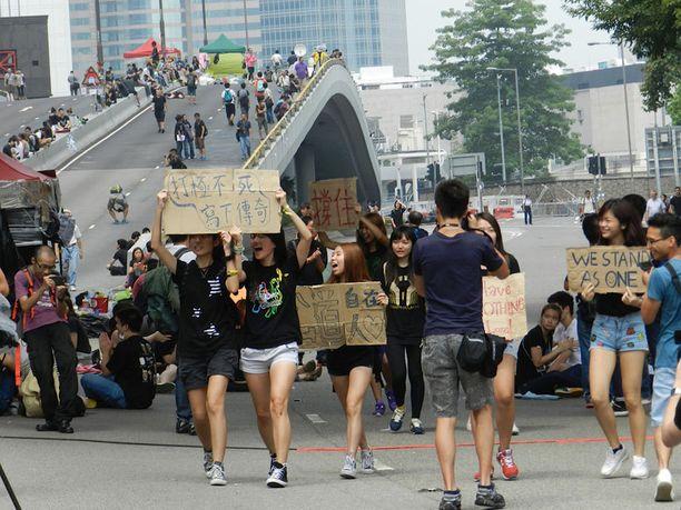 Mielenosoittajat parveilivat hallintokeskuksen läheisyydessä.