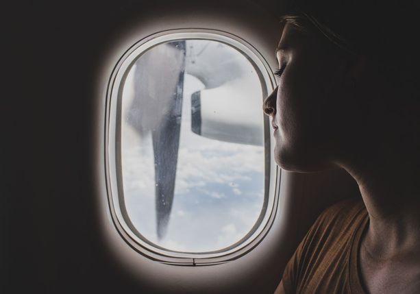 Lentokoneiden ikkunoissa on pieniä reikiä, jotka tasapainottavat painetta.