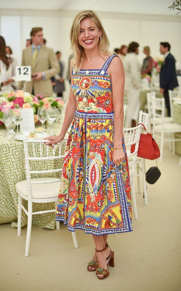 Sienna Millerin printtimekko saa huokailemaan ihastuksesta. Boho chic -tyylin kuningatar yhdisti Dolce & Gabbanan mekkoon ruskeat, koristellut korot.