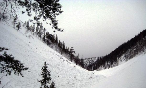Lumivyöryjen riskin aiheuttavat lumisateet ja tuuli.