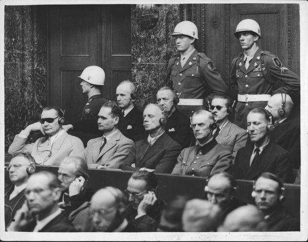 Natsi-Saksan johtajia Nürnbergin oikeudenkäynnissä 1946. Keskirivissä Hermann Göring (vas.), Rudolf Hess, Joachim von Ribbentrop, Wilhelm Keitel ja Ernst Kaltenbrunner, joista Ribbentrop ja Kaltenbrunner liittyivät Suomen vastarintahankkeeseen.