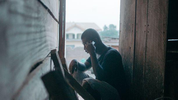 Illan dokumentti on saanut nimensä Sakawa-ilmiöstä, joka on levinnyt Ghanasta muualle Afrikkaan. Siinä modernit nettihuijaukset yhdistyvät uskonnollisiin rituaaleihin. Kuvan mies ei käytä äänenmuunninta huijauspuheluissa, vaan puhuu omaa ääntään korkeammalta.