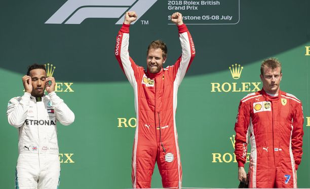 Mercedeksen leirissä ei sulatettu Silverstonen GP:n alussa nähtyä kolaria, jossa olivat osallisina Kimi Räikkönen (oik.) ja Lewis Hamilton (vas.).