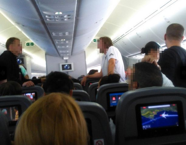 Suomalaismatkustajan mukaan lennolla vallitsi todella sekava tunnelma.