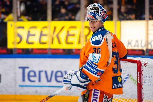 Pystyykö SM-liigan pudotuspeleissä kokematon Christian Heljanko torjumaan Tapparan finaaliin? Alku oli lupaava, kun nuori veskari oli pääroolissa perjantaina kaatamassa Lukkoa pudotuspelien puolivälierin ensimmäisessä ottelussa.