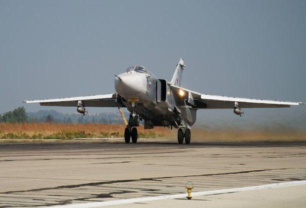 Venäjän SU-24 kone Hemeimeemin tukikohdassa Syyriassa.