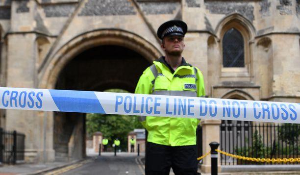 Poliisin vetämä nauha pitää uteliaat rikospaikan ulkopuolella.