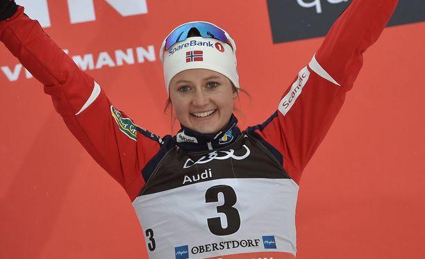 Ingvild Flugstad Östberg puntaroi hiihtouran jatkamisen mielekkyyttä.
