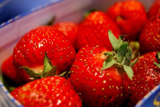 Poliisin mukaan ainakin kuuden tuottajan mansikat ovat saastuneet neuloista.