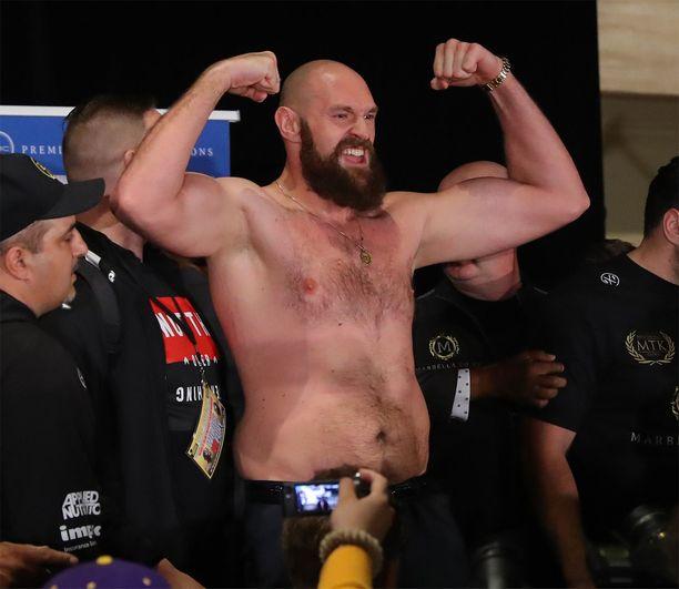 Tyson Fury esitteli treenattua kroppaansa lehdistötilaisuudessa.