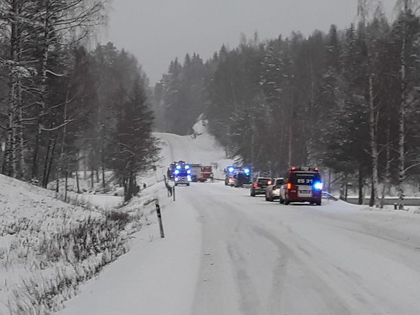 Tie on pelastustoimien vuoksi kumpaankin suuntaan poikki.