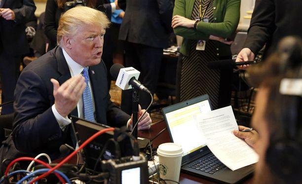 Donald Trump radiohaastattelussa Valkoisessa talossa maanantaina.