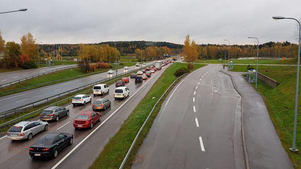Tulvavesi pakotti sulkemaan ajokaistoja Turun moottoritiellä Espoossa.