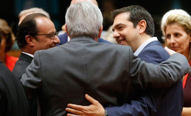 Ranskan presidentti Francois Hollande (vas), Euroopan komission puheenjohtaja Jean-Claude Juncker ja Kreikan pääministeri Alexis Tsipras kokoustamassa.