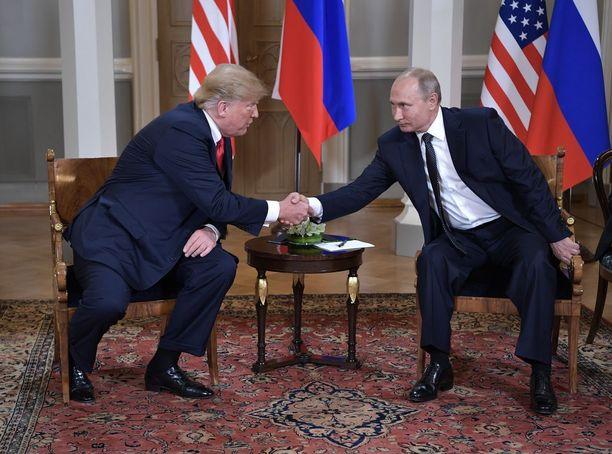 Presidentit Trump ja Putin kättelivät keskustelujensa aluksi Presidentinlinnassa.