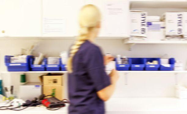 Kainuun keskussairaalan osastosihteerin epäillään katsoneen potilastietojärjestelmästä 256 henkilön tietoja ilman työhön liittyvää perustetta. Kuvituskuva.