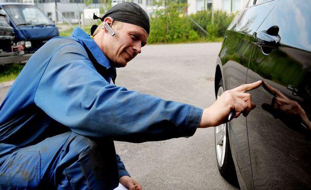 SYYNISSÄ ML Auton yrittäjä Mikko Sköld tarkistaa IL:n testiauton maalipinnan vaurioita.