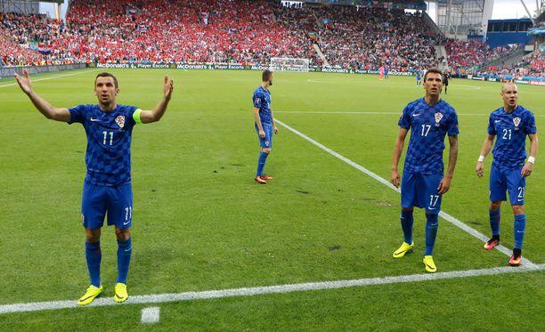 Kroatian pelaajat yrittivät saada fanit rauhoittumaan.